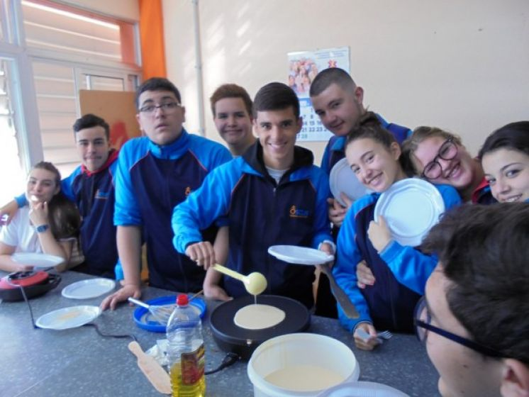 Alumnos-as 4º Eso preparando crepes